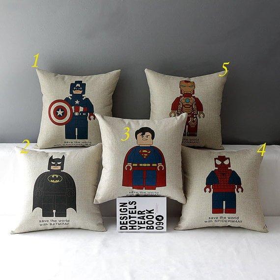 92bf2b5b09 Almofadas de super heróis Lego para decorar o quarto do pequeno ...