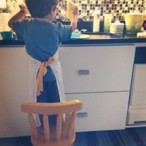 ajuda lavando a louça
