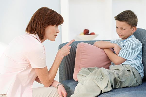 mãe brigando com filho