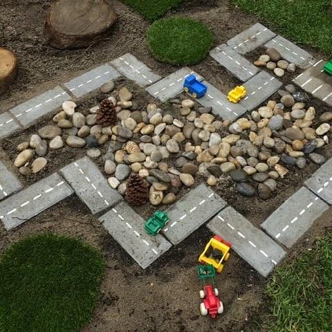 Decoração: pista de carrinho no jardim